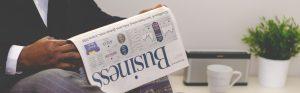 Personne lisant un journal d'affaires